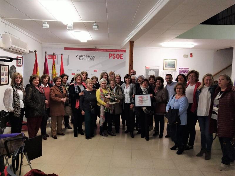 """El PSOE de Alcázar reconoce el trabajo de la Asociación de Amas de Casa, Consumidores y Usuarios """"Calatrava"""""""