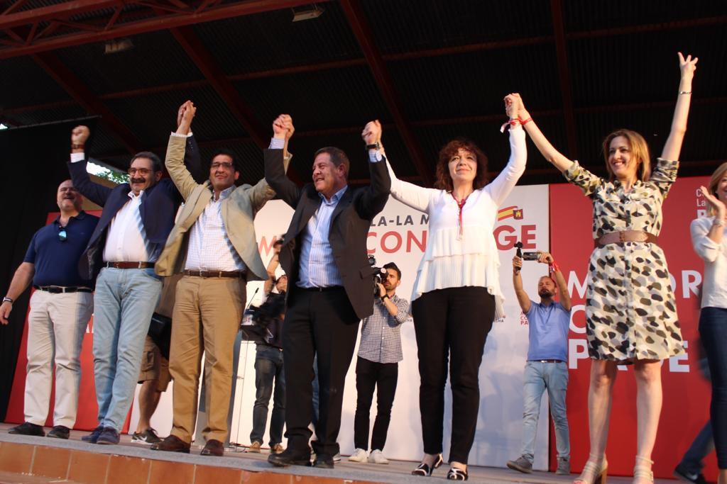 La séptima jornada de campaña electoral en Alcázar de San Juan finalizaba con un acto público en la Piscina Municipal